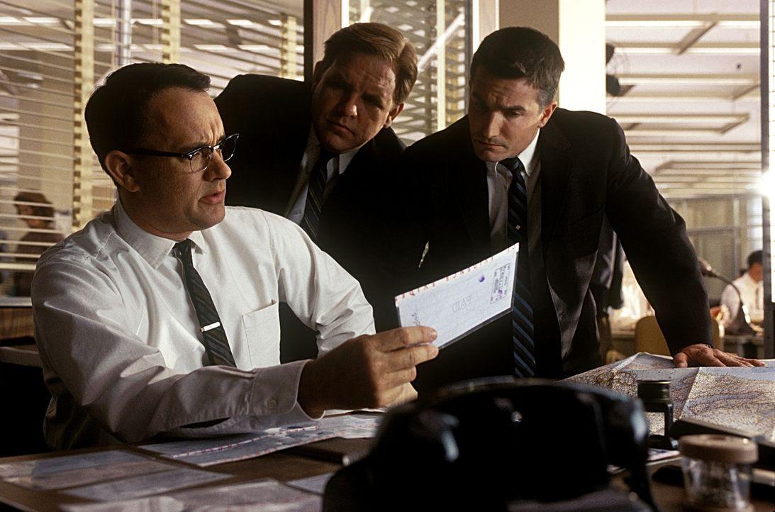 In einer scheinbar endlosen Verfolgungsjagd rund um den Globus versuchen die FBI-Agenten (v.l.n.r.) Carl Hanratty (Tom Hanks), Earl Amdursky (Brian... - Bildquelle: TM &   2003 DreamWorks LLC. All Rights Reserved