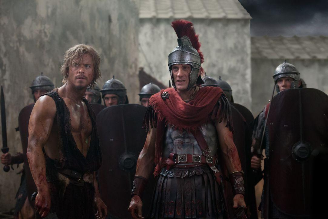 Obwohl Spartacus Crassus (Simon Merrells, r.) und Julius Caesar (Todd Lasance, l.) entkommen kann, macht sich der Imperator keine Sorgen. Denn er ha... - Bildquelle: 2012 Starz Entertainment, LLC. All rights reserved.