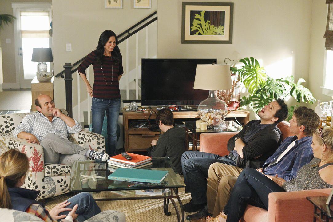 Der Fernseher ist kaputt und weil Travis (Dan Byrd, M.) es nicht schafft, ihn rechtzeitig zum Filmabend zu reparieren, hat Jules (Courteney Cox, 3.v... - Bildquelle: 2010 ABC INC.