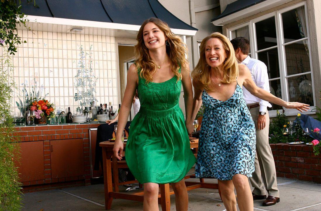 Die Party ist in vollem Gange: Rebecca (Emily VanCamp, l.) und Holly (Patricia Wettig, r.) amüsieren sich köstlich. - Bildquelle: Disney - ABC International Television