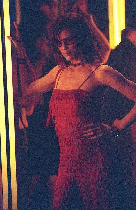 In einer Diskothek in Griechenland macht Sydney (Jennifer Garner) Minos Sakkoulas an, um an Informationen aus seinem Computer zu kommen. - Bildquelle: Touchstone Television