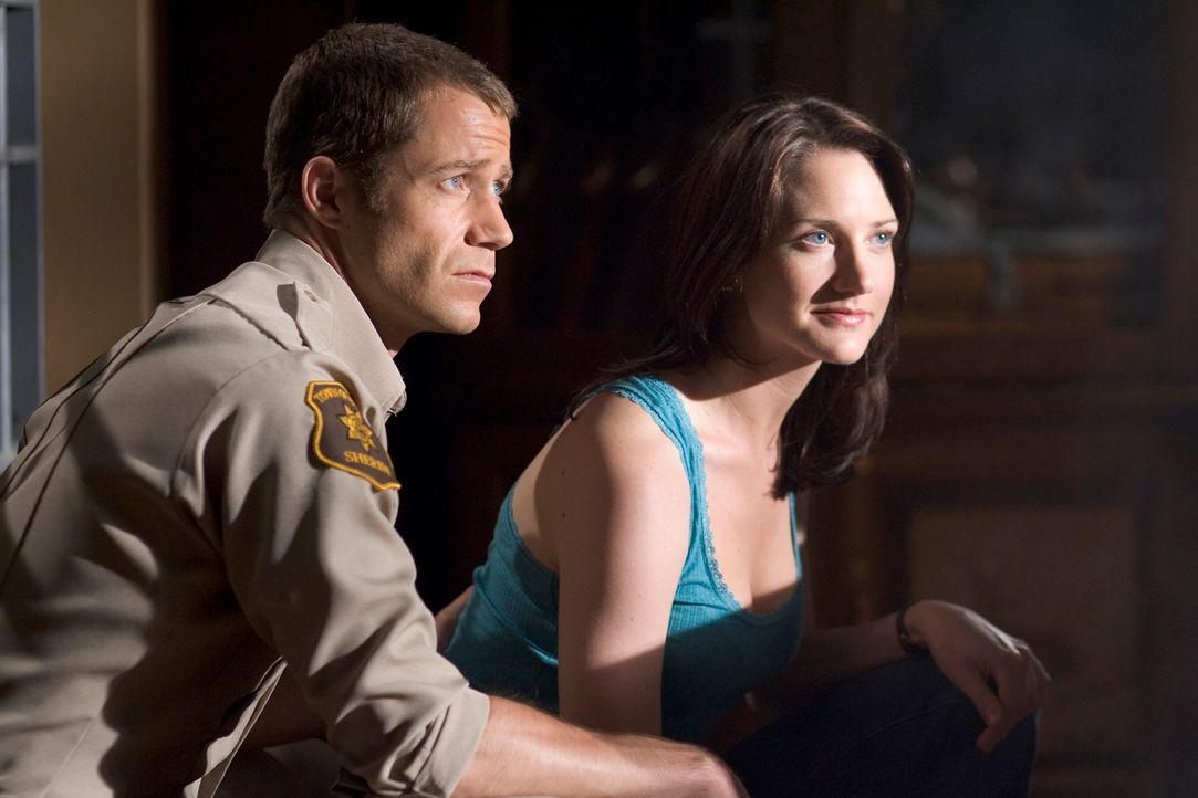 Carter (Colin Ferguson, l.) wird mit einem Pilz infiziert und ist seitdem für Frauen (Sonja Bennett, r.) unwiderstehlich ... - Bildquelle: Universal Television