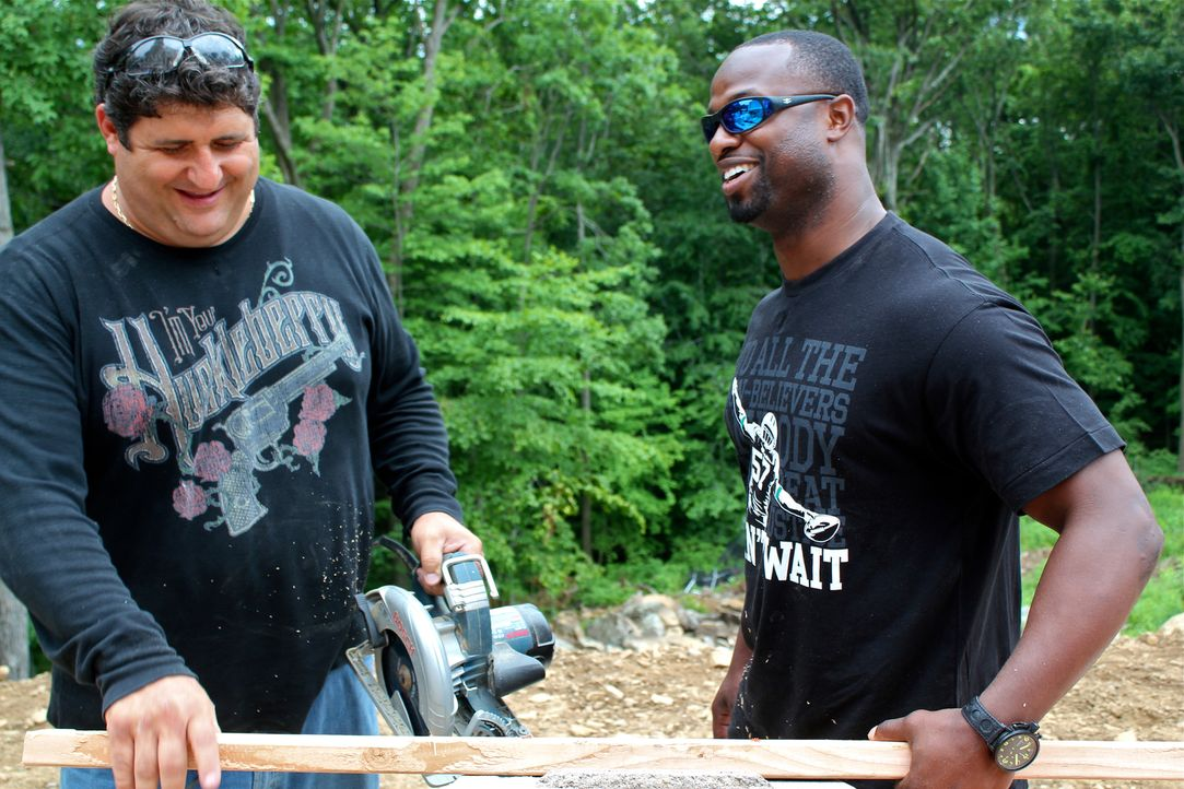 "Das ""Man Caves""-Team um Tony Siragusam (l.) kooperiert dieses Mal mit den Jungs von ""Animal Planet"", um für den New York ""Jets""-Star-Linebacker Bart... - Bildquelle: Nathan Frye 2011, DIY Network/Scripps Networks, LLC.  All Rights Reserved."