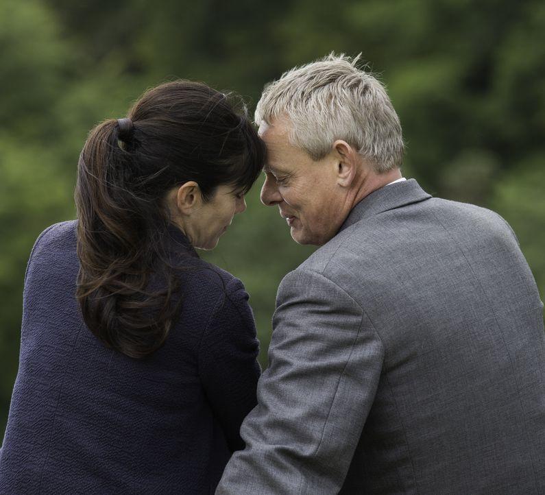 (7. Staffel) - Eigentlich könnte alles so schön sein, doch Louisa (Caroline Catz, l.) und Martin (Martin Clunes, r.) haben ein riesiges Eheproblem .... - Bildquelle: Neil Genower IN LETZTER MINUTE