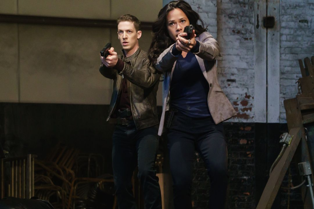 Joe (Zach Appelman, l.) und Sophie (Jessica Camacho, r.) müssen versuchen, ein uraltes Artefakt zu finden, um einen Ghul unter Kontrolle bringen zu... - Bildquelle: 2015-2016 Fox and its related entities.  All rights reserved.