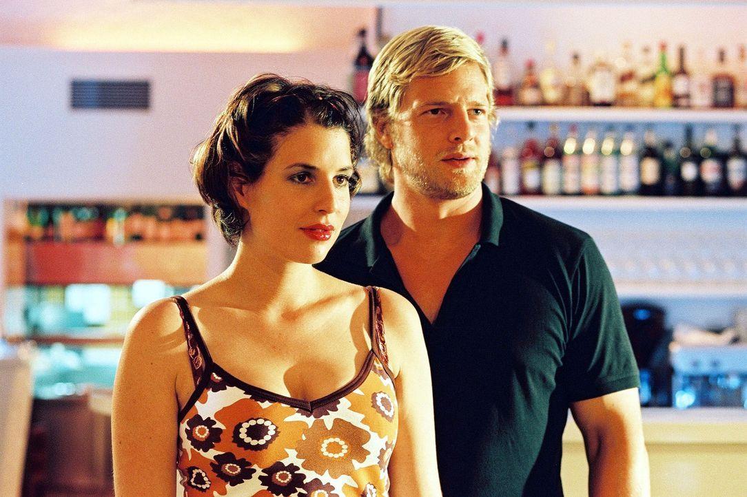 Leo (Henning Baum, r.) ist ganz begeistert von der Vorstellung, dass Nina (Elena Uhlig, l.) bald Nachwuchs bekommt ... - Bildquelle: Christian A. Rieger Sat.1