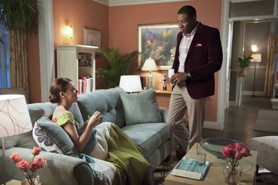 Eigentlich hatte Lavon (Cress Williams, r.) vor, einen Tourismus-Werbespot zu drehen, aber da kommt Annabeth (Kaitlyn Black, l.) und ihm doch tatsäc... - Bildquelle: Warner Bros.