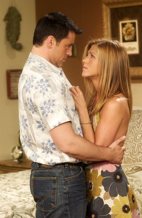 Wird aus Freundschaft Liebe? Rachel (Jennifer Aniston, r.) und Joey (Matt LeBlanc, l.) ... - Bildquelle: 2003 Warner Brothers International Television