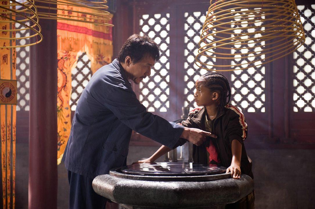 Immer wieder erteilt Mr. Han (Jackie Chan, l.) seinem Zögling Dre (Jaden Smith, r.) die unterschiedlichsten Aufgaben. Manche scheinen sehr schwer z... - Bildquelle: 2010 CPT Holdings, Inc. All Rights Reserved.