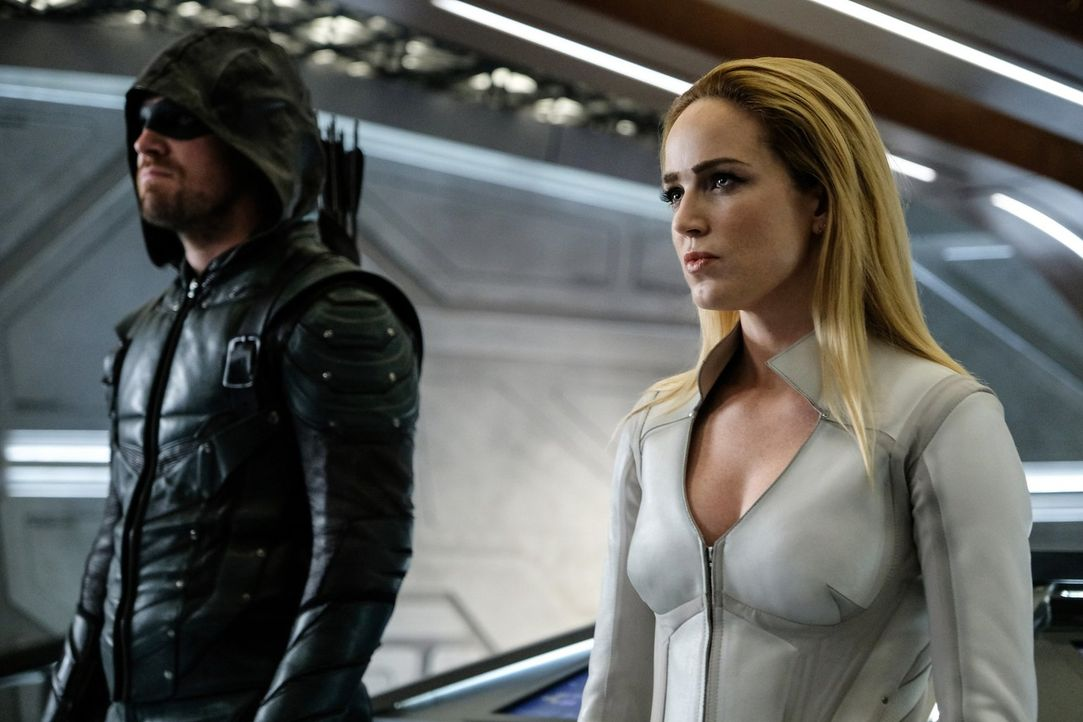 Oliver alias Green Arrow (Stephen Amell, l.); Sara alias White Canary (Caity Lotz, r.) - Bildquelle: 2017 Warner Bros.