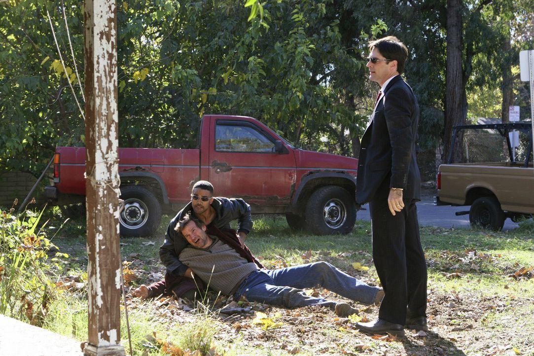 Mit viel Mühe konnten Special Agent Derek Morgan (Shemar Moore, l.) und Agent Aaron Hotchner (Thomas Gibson, r.) William Copeland (Dwier Brown, M.)... - Bildquelle: Touchstone Television