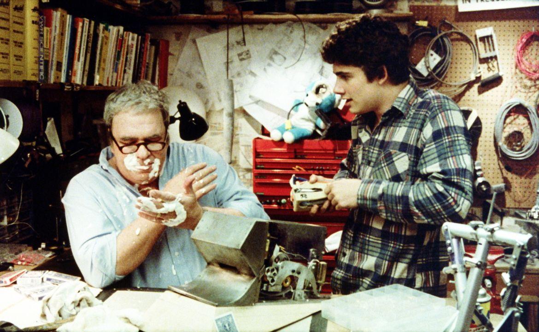 Wieder einmal funktioniert eine Erfindung seines Vaters Rand (Hoyt Axton, l.) nicht und geht kaputt. Billy (Zach Galligan, r.) ist inzwischen daran... - Bildquelle: Warner Bros.