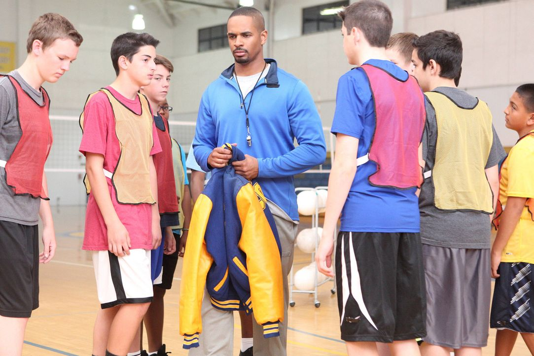 Jess verhilft Coach (Damon Wayans Jr., M.) zu einem neuen Job: Er wird neuer Volleyball-Trainer an ihrer Schule ... - Bildquelle: TM &   2014 Fox and its related entities. All rights reserved.