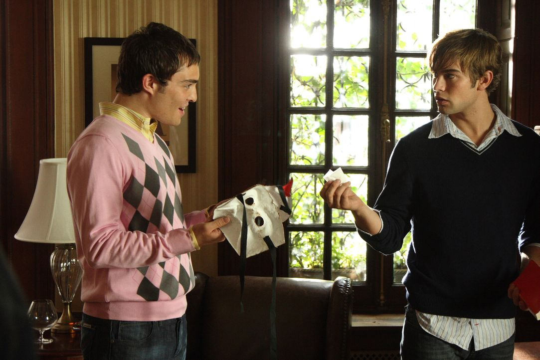 Die zwei Freunde Nate (Chace Crawford, r.) und Chuck (Ed Westwick, l.) lassen sich den Ball natürlich nicht entgehen. Fehlt nur noch das passende Ko... - Bildquelle: Warner Brothers