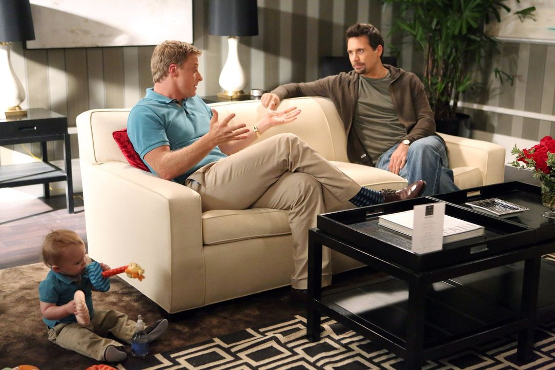 George (Jeremy Sisto, r.) versucht, Noah (Alan Tudyk, l.) zurück auf den Boden zu holen. Nachdem er sich von seiner Frau getrennt hat, zieht er mit... - Bildquelle: Warner Brothers
