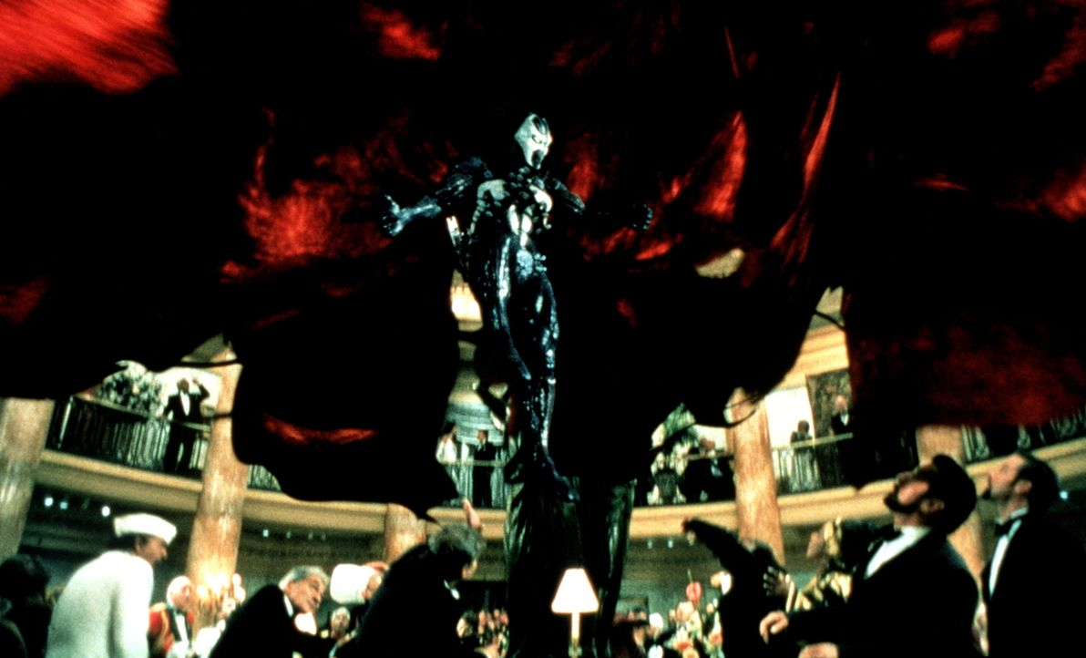 Spawn (Michael Jai White, M.) will sich an dem bösen Geheimdienstchef Wynn (Martin Sheen, 2.v.r.) rächen und ihn töten, doch an dessen Herz ist ein... - Bildquelle: New Line Cinema