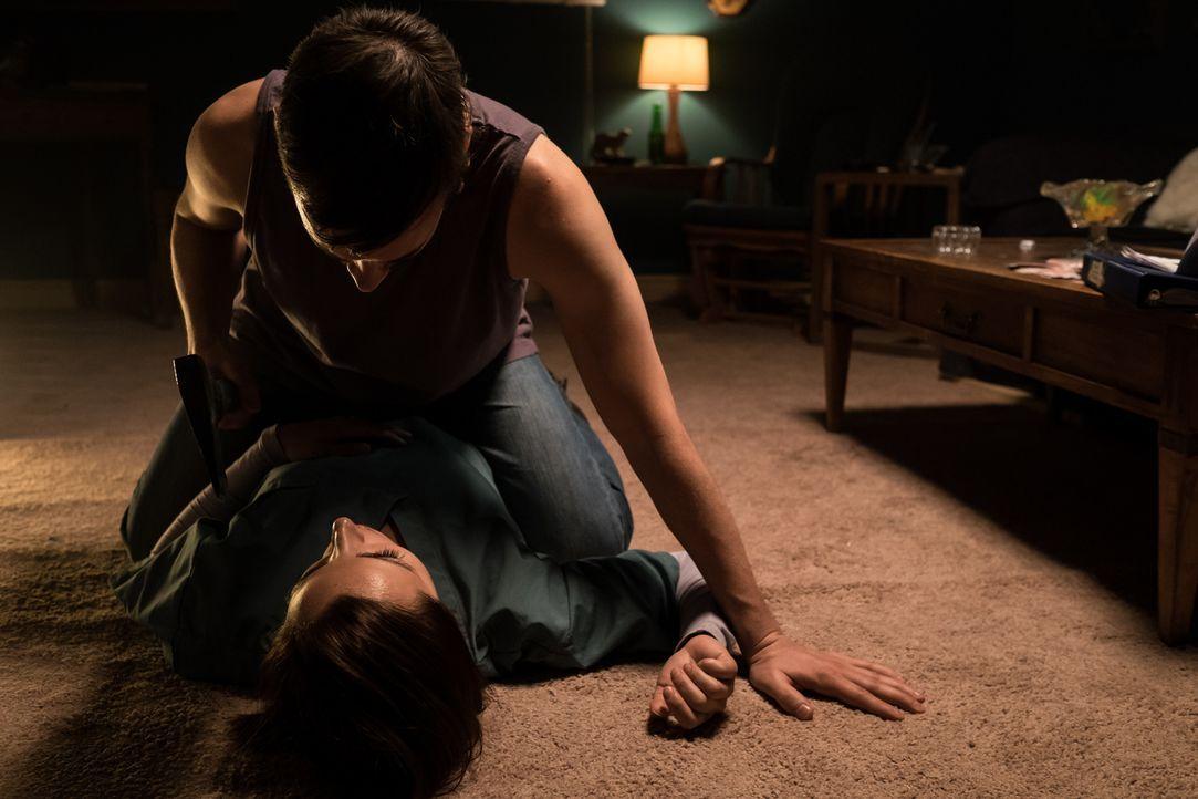 Neu Jahre lang ist die junge Mutter Lisa (Christina Aceto, l.) der Folter ihres Mannes Josh (Danny Beauclerc, r.) ausgesetzt, dann entschließt sie s... - Bildquelle: Darren Goldstein Cineflix 2015