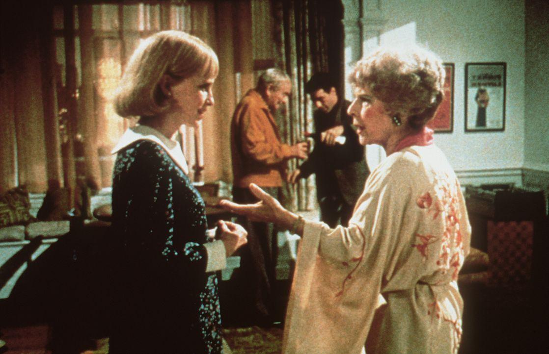 Rosemarie (Mia Farrow, l.) ist erstaunt, wie aufopfernd sich das Nachbarspaar Minnie (Ruth Gordon, r.) und Roman Castevet (Sidney Blackmer, 2.v.l.)... - Bildquelle: Paramount Pictures