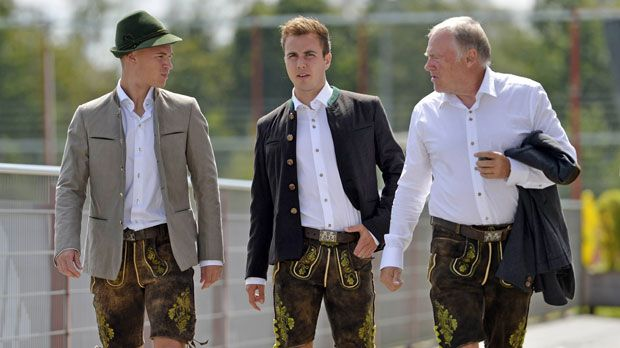 der fc bayern m nchen beim lederhosen shooting. Black Bedroom Furniture Sets. Home Design Ideas