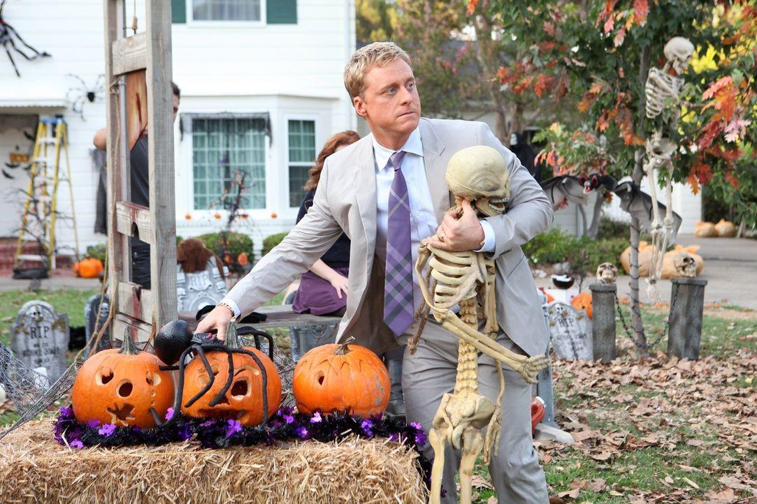 Um mit den Nachbarn keine Probleme zu bekommen, versucht Noah (Alan Tudyk), die Halloween-Dekoration so schnell wie möglich verschwinden zu lassen.... - Bildquelle: Warner Bros. Television
