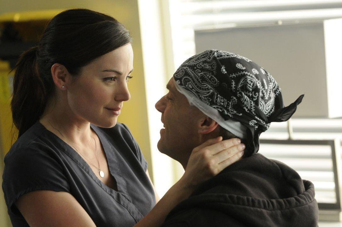 Dr. Alex Reid (Erica Durance, l.) ist überglücklich, dass sie ihren Charlie (Michael Shanks, r.) wieder zurück hat ... - Bildquelle: 2013 NBC Studios, LLC