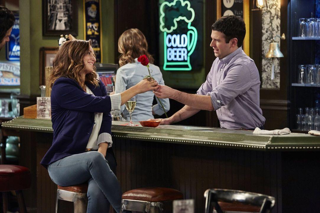 Justin (Brent Morin, r.) findet schnell einen Weg, Leslie (Bianca Kajlich, l.) davon zu überzeugen, er wäre ein besseres Date als ihr Bruder Danny .... - Bildquelle: Warner Brothers