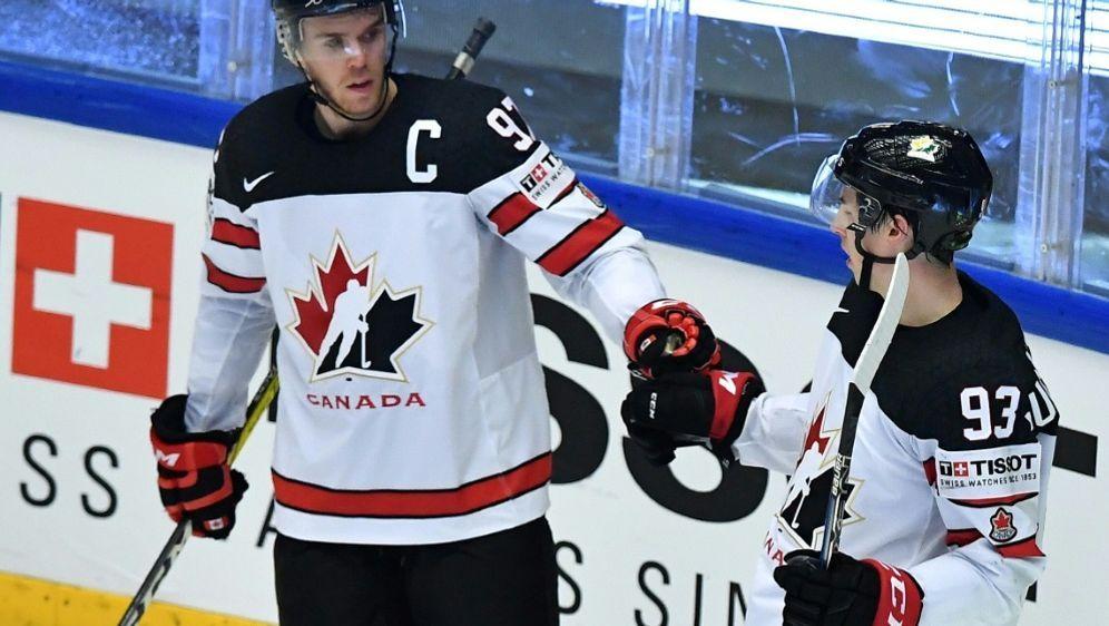 Die Kanadier mit McDavid (l.) siegten 5:4 gegen Russland - Bildquelle: AFPAFPJOE KLAMAR