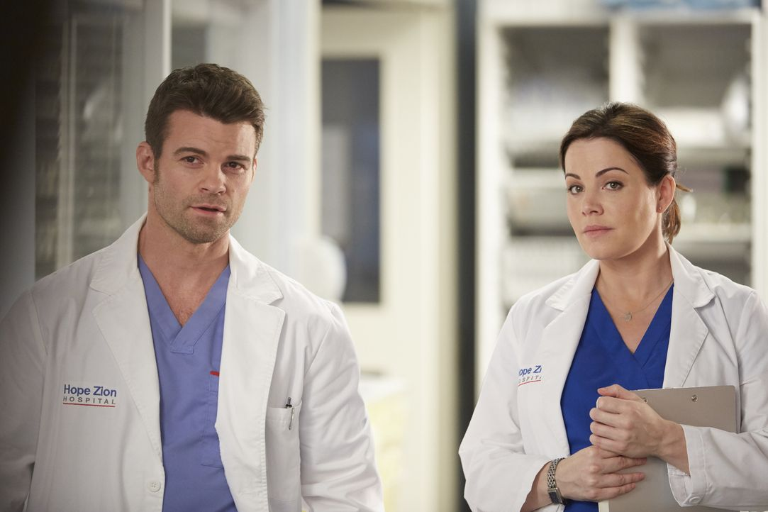 Joel (Daniel Gillies, l.) und Alex (Erica Durance, r.) müssen sich um einen Patienten kümmern, der eine äußerst seltene Krankheit zu haben scheint,... - Bildquelle: Ken Woroner 2014 Hope Zee Three Inc.