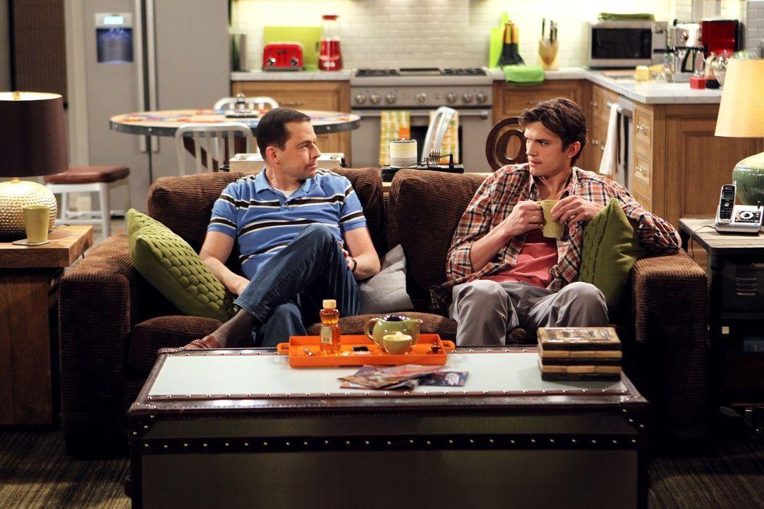 Während Alan (Jon Cryer, l.) erfahren muss, dass seine Mutter nun lesbisch ist, bekommt Walden (Ashton Kutcher, r.) Probleme mit Zoey ... - Bildquelle: Warner Brothers Entertainment Inc.