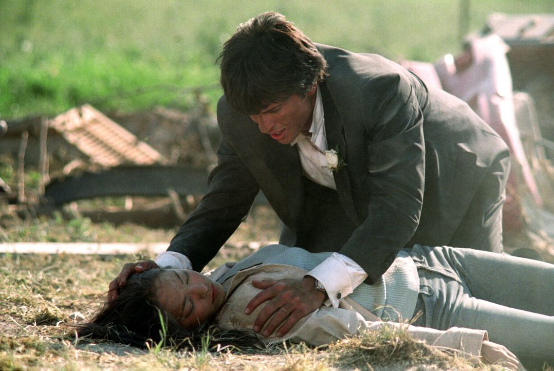 Zwar kann Clark (Tom Welling, hinten) Lana (Kristin Kreuk, liegend) retten, doch sein Vater scheint vom Erdboden verschluckt ... - Bildquelle: Warner Bros.