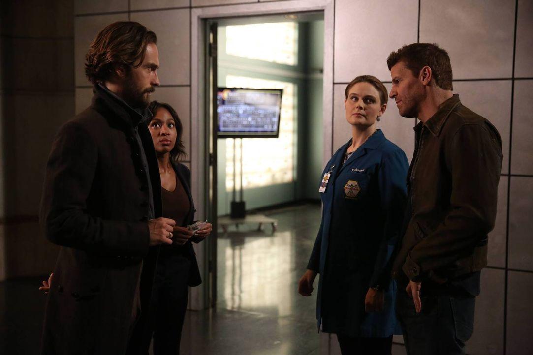 Ein mysteriöser Fall bringt die zwei unterschiedlichen Teams um Crane (Tom Mison, l.) und Abbie (Nicole Beharie, 2.v.l.) sowie Bones (Emily Deschane... - Bildquelle: 2015-2016 Fox and its related entities.  All rights reserved.