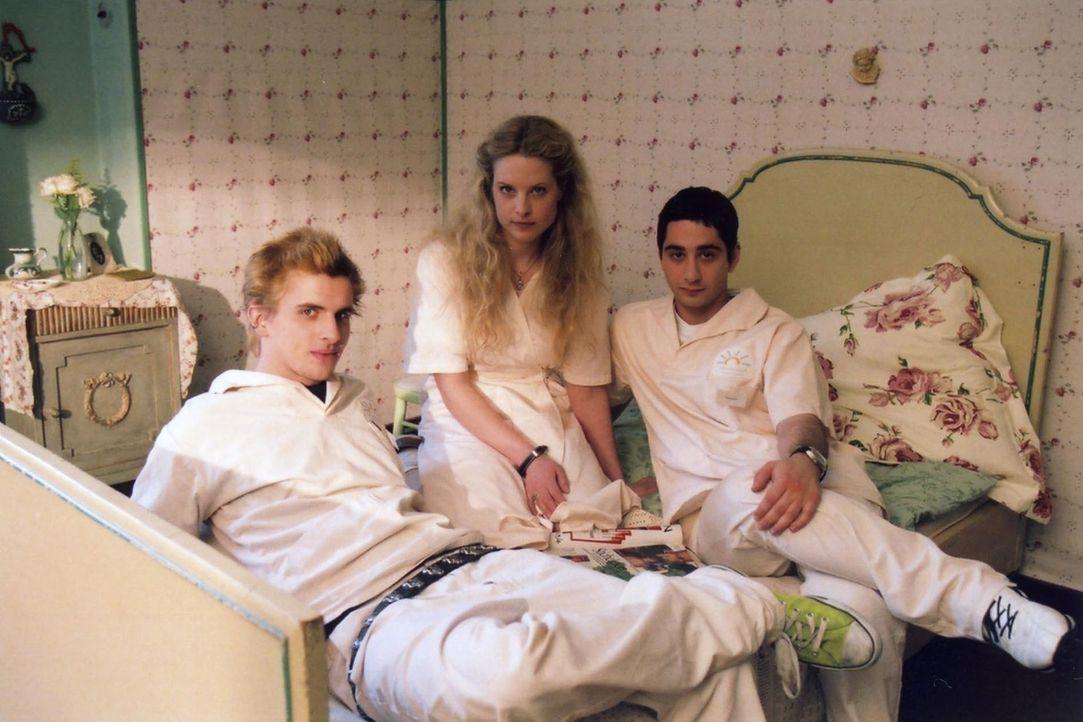 Der schüchterne Benjamin (Denis Moschitto, r.) kann überhaupt nicht verstehen, was die liebenswerte Krankenschwester Ellen (Diana Amft, M.) bloß an... - Bildquelle: Christian Hartmann ProSieben