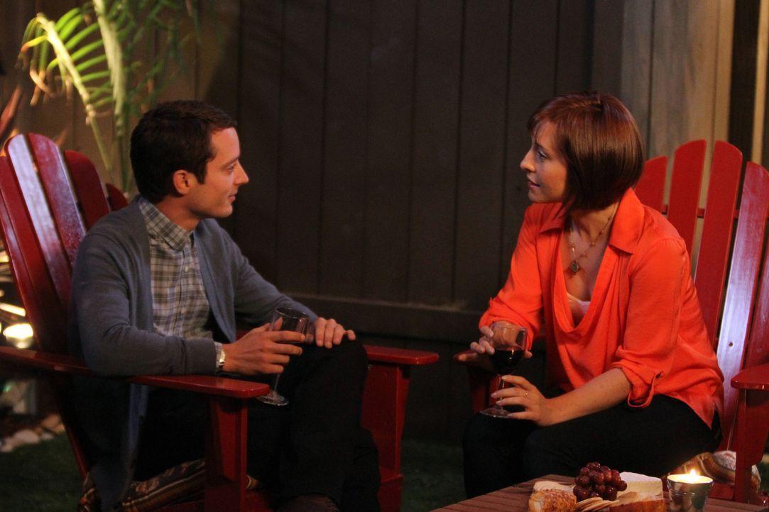 Mit jedem Treffen kommen sich Ryan (Elijah Wood, l.) und seine Arbeitskollegin Amanda (Allison Mack, r.) etwas näher. Inzwischen verbringen sie auc... - Bildquelle: 2011 FX Networks, LLC. All rights reserved.