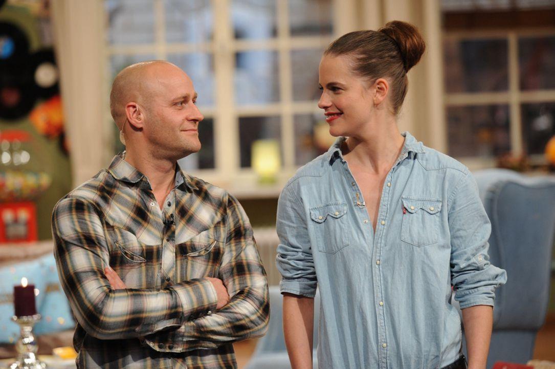 Jürgen (Jürgen Vogel, l.) und Isabell (Isabell Polak, r.) freuen sich auf den bevorstehenden Pärchenabend. - Bildquelle: Willi Weber SAT.1