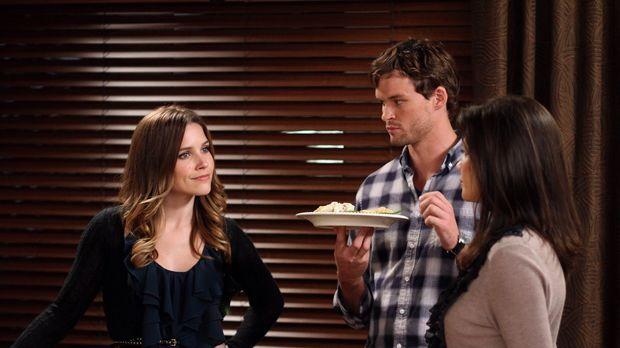 Nachdem Brooke (Sophia Bush, l.) ihr erstes Thanksgiving-Dinner ruiniert hat,...
