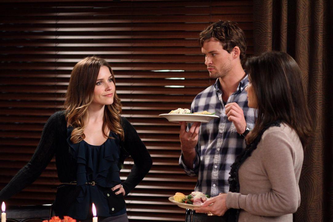 Nachdem Brooke (Sophia Bush, l.) ihr erstes Thanksgiving-Dinner ruiniert hat, nimmt Julian (Austin Nichols, M.) sie und seine Mutter kurzerhand mit... - Bildquelle: Warner Bros. Pictures