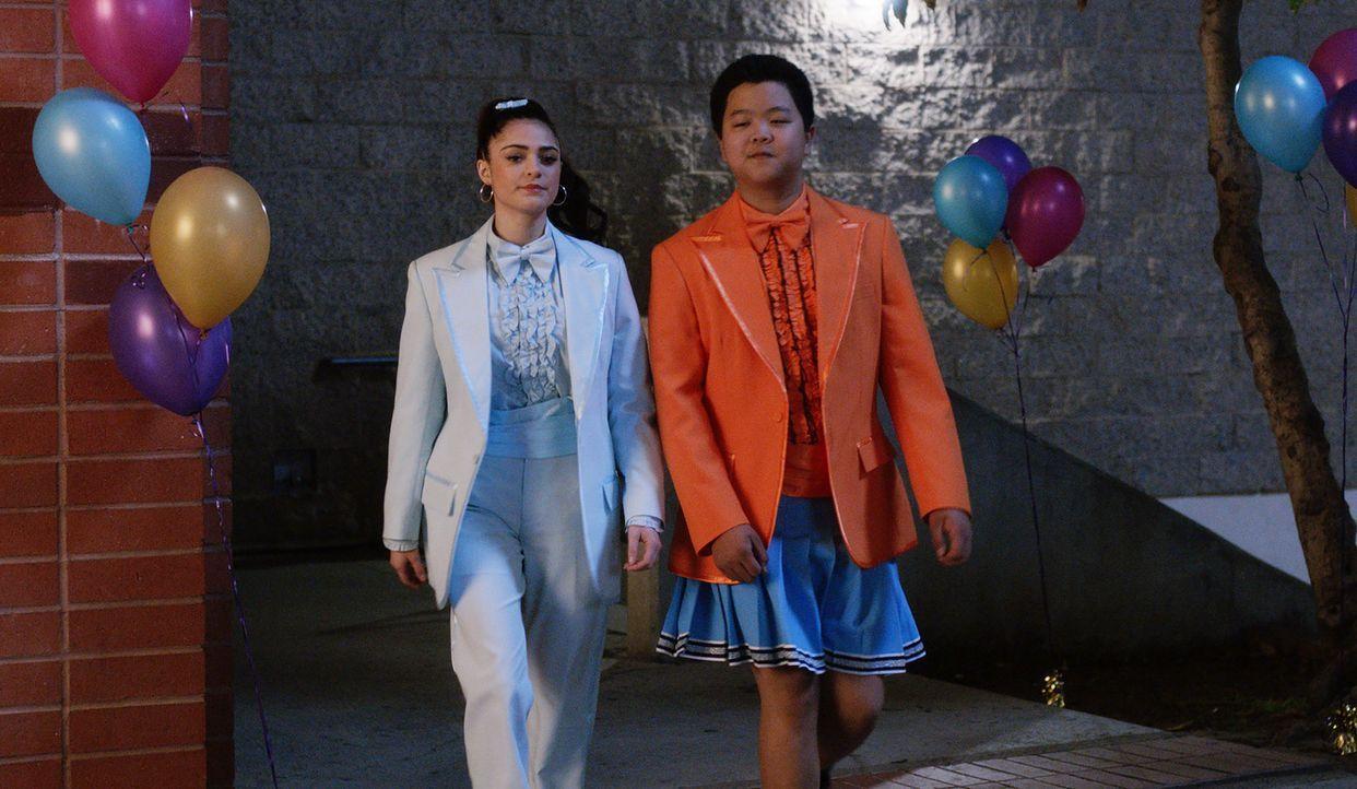 Nicole (Luna Blaise, l.) und Eddie (Hudson Yang, r.) rebellieren gegen die Kleiderordnung des Schultanzes ... - Bildquelle: 2017-2018 American Broadcasting Companies. All rights reserved.