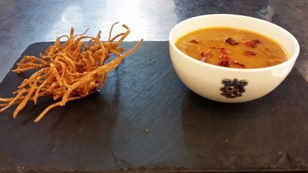 Chorizo-Spitzkohl-Suppe mit Garnelenkrustel