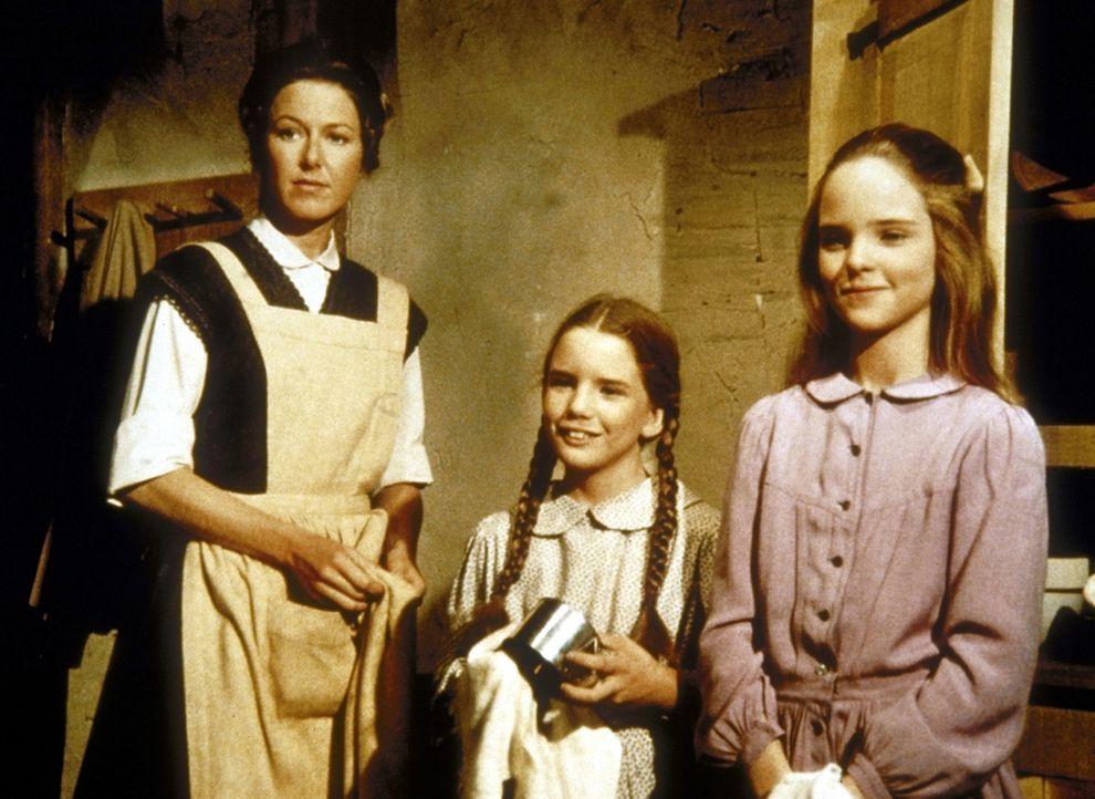 (v.l.n.r.) Caroline (Karen Grassle), Laura (Melissa Gilbert) und Mary (Melissa Sue Anderson) beobachten Charles und Carrie. - Bildquelle: Worldvision