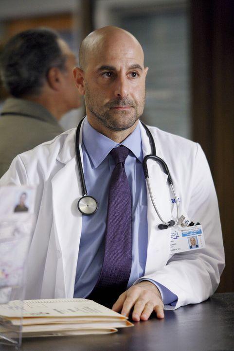 Glaubt, dass Pratt mit seiner Arbeit überfordert ist: Dr. Kevin Moretti (Stanley Tucci) ... - Bildquelle: Warner Bros. Television