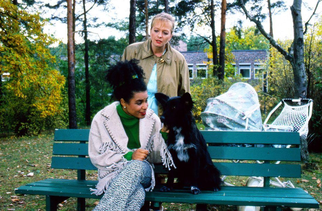 Schwester Elke (Ulrike Mai, r.) beobachtet, wie Maria (Adisat Semenitsch, l.) sich mit dem Hund Penelope anfreundet. Kurz darauf verändert Penelope... - Bildquelle: Noreen Flynn Sat.1
