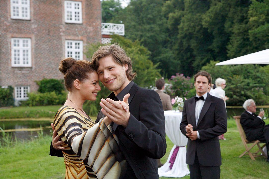 Unwohl beobachtet David (Stephan Luca, r.), wie sein Bruder Moritz (Sebastian Ströbel, M.) mit Katrina (Yvonne Catterfeld, l.) tanzt. - Bildquelle: Georg Pauly Sat.1