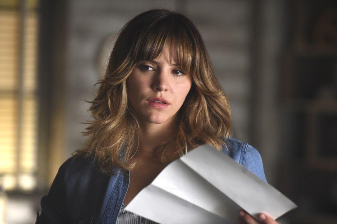 Bei Walter entdeckt Paige (Katharine McPhee) einen Brief mit unerwartetem Inhalt ... - Bildquelle: Ron Jaffe 2014 CBS Broadcasting, Inc. All Rights Reserved