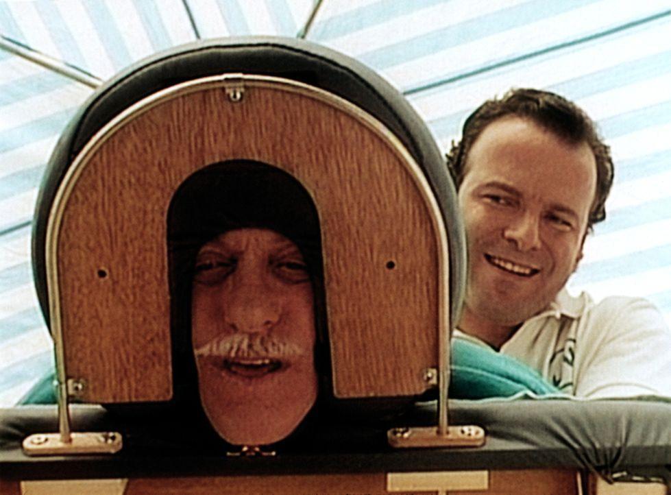 Dr. Sloan (Dick Van Dyke, l.) lässt sich von einem Masseur ordentlich durchkneten. - Bildquelle: Viacom