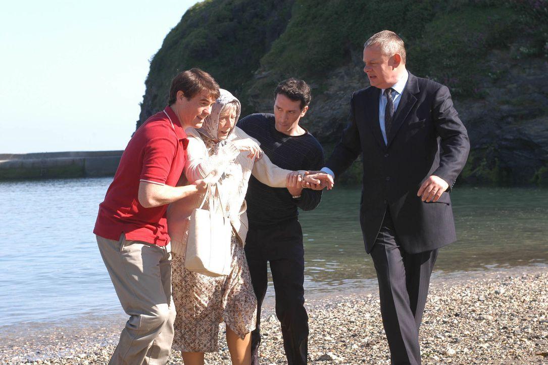 Was ist passiert? (v.l.n.r.) PC Mylow (Stewart Wright), die alte Muriel (Margaret Tyzack), ihr Sohn Danny (Tristan Sturrock) und Doc Martin (Martin... - Bildquelle: BUFFALO PICTURES/ITV