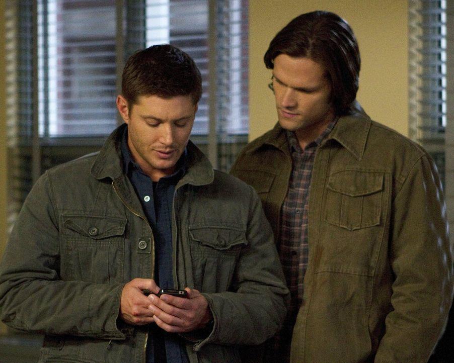 Im Kampf gegen das Böse: Sam (Jared Padalecki, r.) und Dean (Jensen Ackles, l.) ... - Bildquelle: Warner Bros. Television
