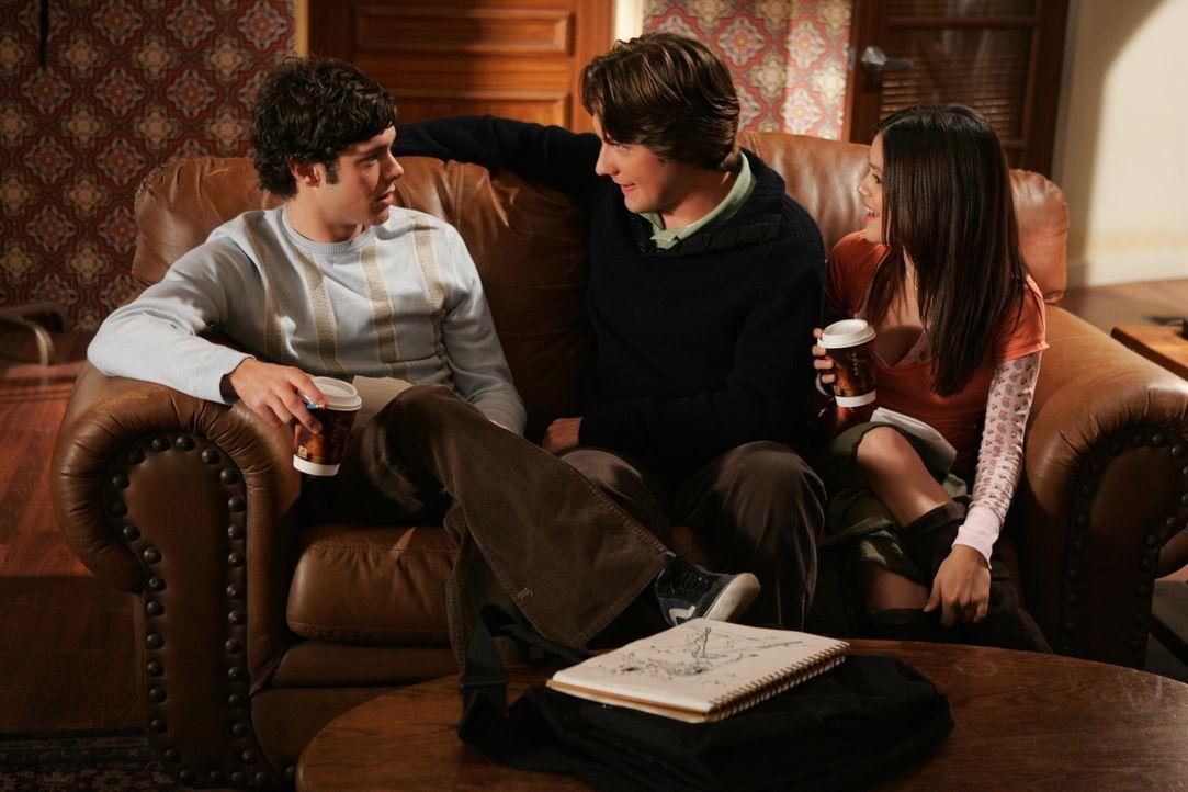 Eine gute Nachricht: Seth (Adam Brody, l.), Zach (Michael Cassidy, M.) und Summer (Rachel Bilson, r.) sind zu einem Meeting nach San Diego eingelade... - Bildquelle: Warner Bros. Television