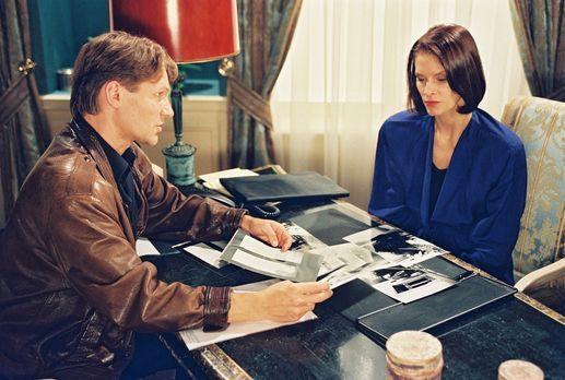 Park Hotel Stern - Karla (Kristina van Eyck, r.) hat Privatdetektiv Christoph...