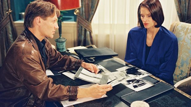 Karla (Kristina van Eyck, r.) hat Privatdetektiv Christoph Prinz (Thure Riefe...
