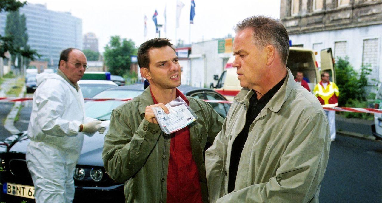 Tom (Steven Merting, l.) zeigt Kommissar Wolff (Jürgen Heinrich, r.) die Karten vom Wintergarten Variete, die er im Taxi gefunden hat. - Bildquelle: Claudius Pflug Sat.1